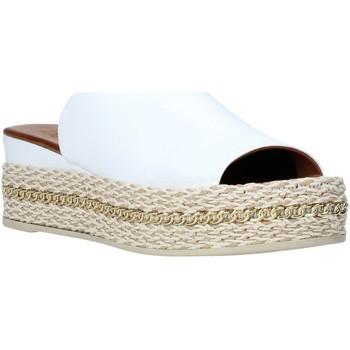Čevlji  Ženske Natikači Bueno Shoes Q5905 Biely